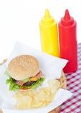 Cheeseburger del tocino en una cesta Fotografía de archivo