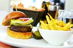 Cheeseburger dell'hamburger e frites francesi Immagini Stock