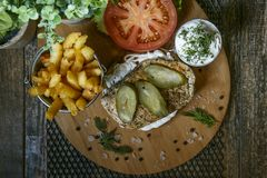 Cheeseburger di estate con la salsa del latte e del pomodoro Fotografia Stock Libera da Diritti
