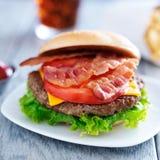 Cheeseburger do bacon com fritadas e cola Fotografia de Stock