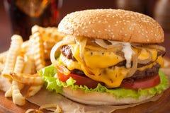 Cheeseburger dobro com tomate e cebola Imagens de Stock