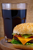 Cheeseburger e cola Imagens de Stock Royalty Free
