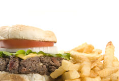 Cheeseburger e patate fritte Fotografie Stock Libere da Diritti