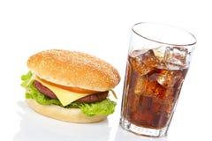 Cheeseburger e vetro della soda Immagini Stock