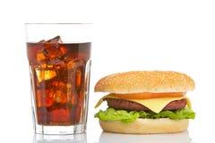Cheeseburger e vetro della soda fotografie stock