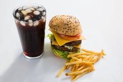 Cheeseburger en drank met Frieten Stock Fotografie