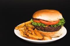 Cheeseburger en Gebraden gerechten stock fotografie