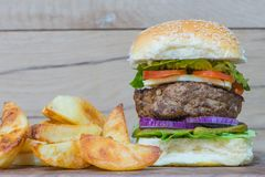 Cheeseburger et fritures Image stock