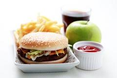 Cheeseburger et pommes frites Photos stock