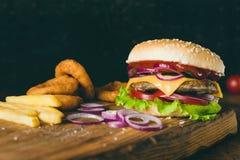 Cheeseburger, francuzów dłoniaki i cebulkowi pierścionki, Fast food obrazy royalty free