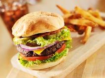 Cheeseburger grande do bacon fotografia de stock royalty free
