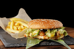 Cheeseburger hamburger z francuskimi dłoniakami Zdjęcia Royalty Free