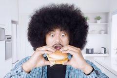 Cheeseburger mangeur d'hommes d'Afro grand Image libre de droits