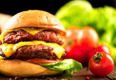 Cheeseburger med småfiskar Arkivfoton