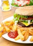Cheeseburger met frieten royalty-vrije stock fotografie