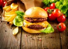 Cheeseburger met Gebraden gerechten Stock Afbeelding