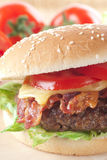 Cheeseburger mit Speck Stockfotografie
