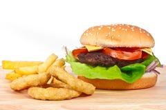 Cheeseburger mit Zwiebelenringen Stockbild