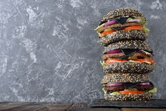Cheeseburger negro imágenes de archivo libres de regalías