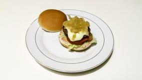 Cheeseburger och småfiskar Arkivfoton