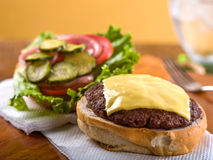 Cheeseburger, otwiera twarz Obrazy Stock
