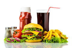 Cheeseburger, patate fritte, bevanda e ketchup Immagine Stock