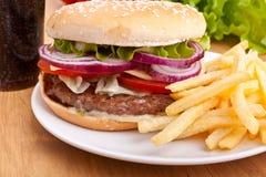 Cheeseburger, pommes frites et kola Photos libres de droits