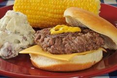 Cheeseburger riscaldato sul posto immagini stock libere da diritti