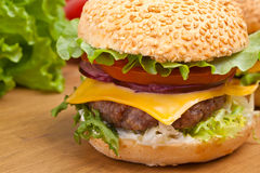 Cheeseburger saboroso grande Fotografia de Stock Royalty Free