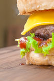 Cheeseburger sabroso con lechuga, carne de vaca, queso doble y salsa de tomate Foto de archivo
