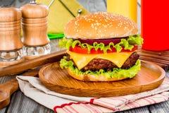 Cheeseburger savoureux et appétissant d'hamburger photos stock