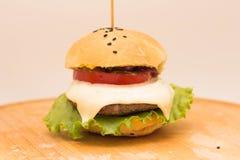 Cheeseburger savoureux sur un conseil en bois Image libre de droits