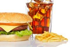 Cheeseburger, soda en frieten stock afbeeldingen