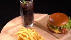 Cheeseburger, soda y patatas fritas almacen de metraje de vídeo