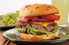 Cheeseburger sugoso spesso Immagini Stock Libere da Diritti