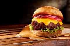Cheeseburger tradicional delicioso fotos de archivo