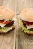 Cheeseburger twee op houten achtergrond Stock Foto's