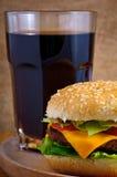 Cheeseburger y cola Imágenes de archivo libres de regalías