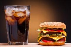 Cheeseburger y cola Imagen de archivo