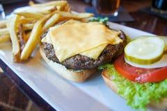 Cheeseburger y fritadas Imagen de archivo libre de regalías