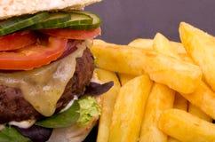 Cheeseburger y fritadas imagen de archivo
