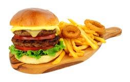 Cheeseburger y fritadas con los anillos de cebolla fotos de archivo