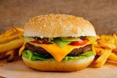 Cheeseburger y patatas fritas Foto de archivo