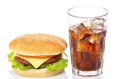 Cheeseburger y vidrio de la soda Fotos de archivo libres de regalías