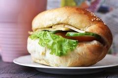 Cheeseburger z świeżymi ziele, wyśmienicie fast food zdjęcie stock