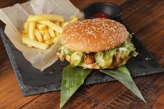 Cheeseburger z francuskimi dłoniakami Zdjęcie Stock