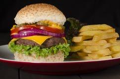 Cheeseburgeren och gå i flisor Royaltyfria Foton
