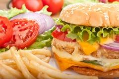 cheeseburgeren steker ingredienser royaltyfria foton