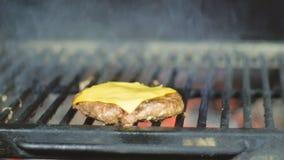 Cheeseburgerkoteletten op een barbecuegrill die worden gekookt Kokend rundvlees en varkensvleespasteitje voor partij stock video