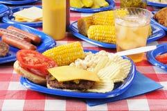 cheeseburgerpicknicktabell Royaltyfri Foto